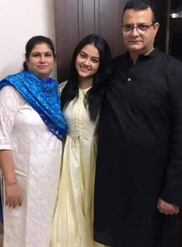 Priyal Mahajan with her mom & dad